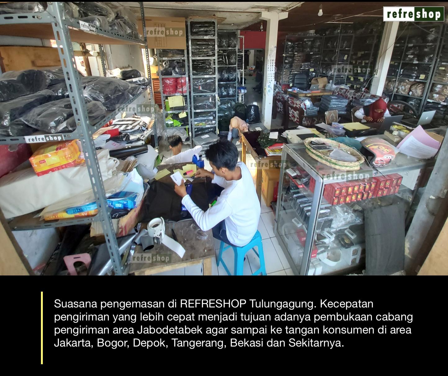 Suasana Pengemasan di Toko Tas Army Tactical Refreshop Tulungagung. Pembukaan Refreshop Area Jabodetabek bertujuan untuk pengiriman agar lebih cepat sampai ke konsumen khususnya area Jakarta, Bogor, Depok, Tangerang, Bekasi dan sekitarnya.